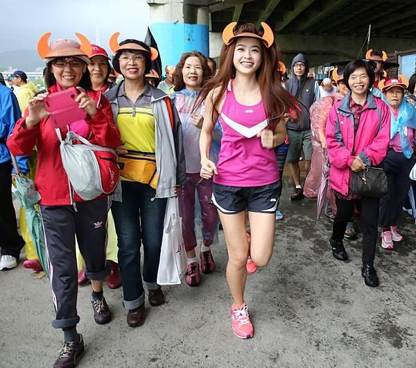 小嫻帶領著萬名頭戴牛角帽且熱情不減的參賽民眾們,一起奔向健康