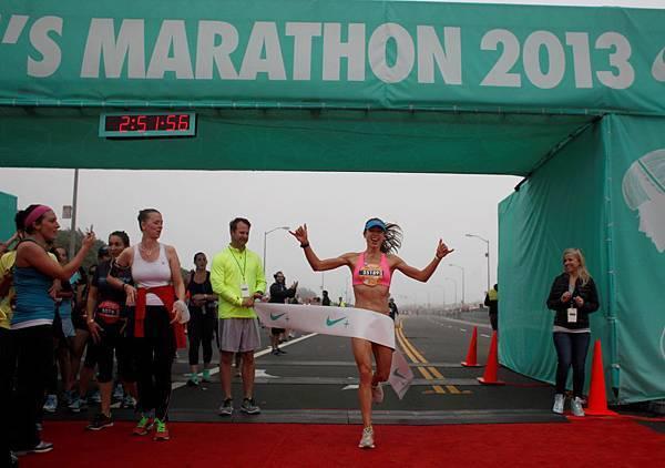 來自加州洛杉磯的Emily Gordon以2小時51分44秒的成績率先衝過42公里全程馬拉松的終點線