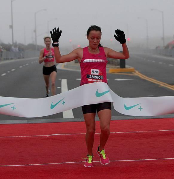 來自阿根廷的Florencia Borelli以1小時18分22秒的成績第一個完成21公里半程馬拉松賽