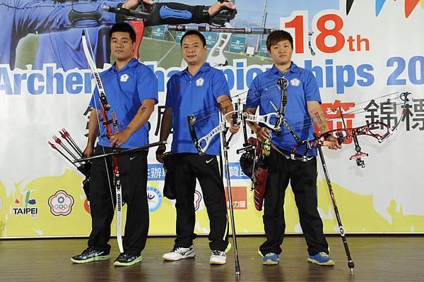 2013亞洲射箭錦標賽中華隊選手左起郭振維,王志豪,黃逸柔誓言要將金牌留在台灣
