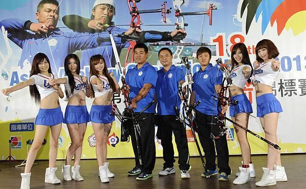 2013亞洲射箭錦標賽中華隊選手左起郭振維,王志豪,黃逸柔與LamiGirls邀請大家一起為中華隊加油