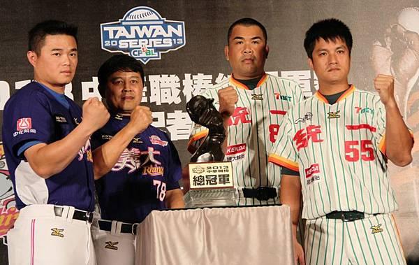 20131025 兩隊爭奪冠軍盃(左起胡金龍、曾智偵總教練、陳連宏總教練、潘武雄)