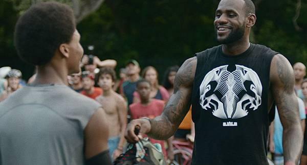 LeBron James在街頭球場打球