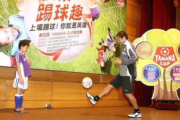 【YAMAHA CUP】日本JUBILO磐田足球隊教練茶野隆行花式盤球不落地  展現足球好身手  小球迷觀摩期待吸收實力