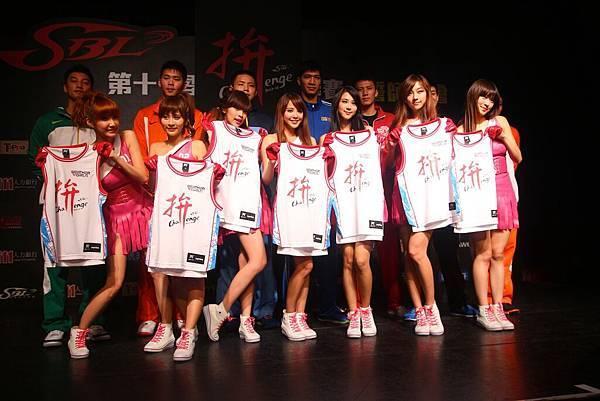 天氣女孩與SBL七隊球員代表合影
