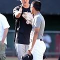 Nike運動員王建民於Nike All Taiwan Baseball Camp指導學員牽制跑壘者技巧 (1)