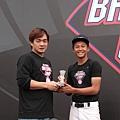 Nike運動員彭政閔鼓勵Nike All Taiwan Baseball Camp MVP廖柏勳把握機會學習,並堅持夢想