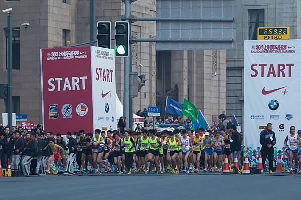 2013上海國際馬拉松在外灘鳴槍起跑