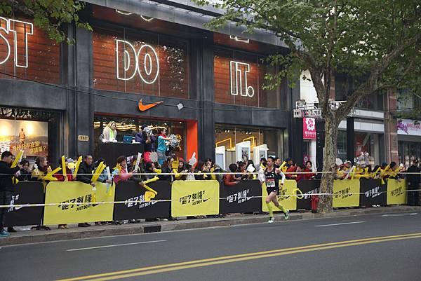 Nike上海淮海體驗店門口,民眾組成熱鬧的加油團隊為參賽者鼓勵打氣 (1)