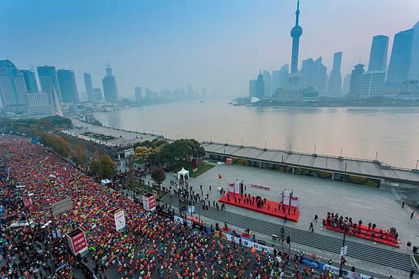 3萬5千名跑者參加2013上海國際馬拉松,在外灘陳毅廣場起跑,體會 #跑了就懂 的意義 (2)