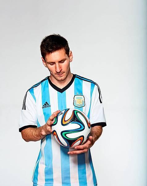 adidas陣中球星阿根廷國家隊前鋒梅西(Messi)與BRAZUCA