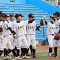 賽後東石高中隊友們互相擊掌慶賀