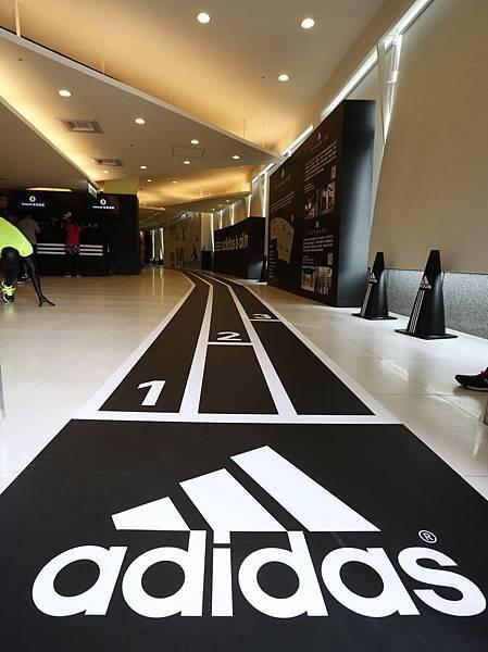 adidas RUNNING LAB TAIPEI 以室內擬真跑道為設計動線環繞整個場館 完整集結全方位的跑者服務體驗項目