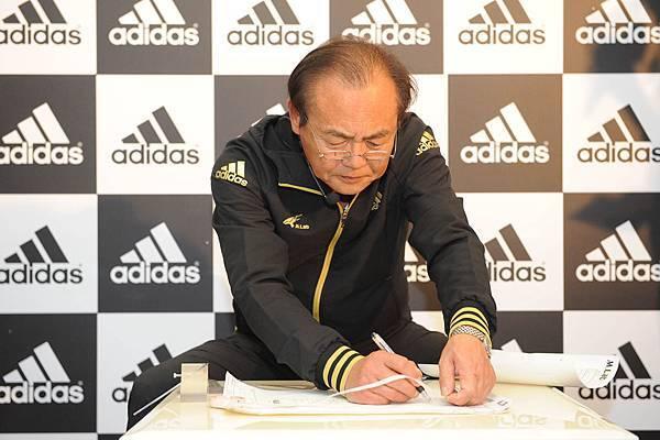 三村仁司先生親自進行足部測量與計算 進而做出精闢分析