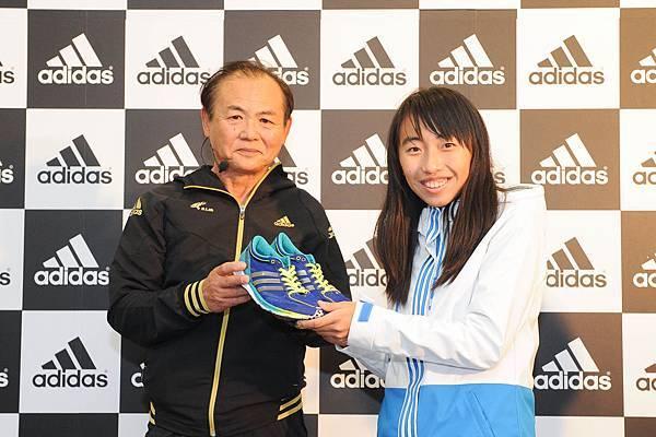"""三村先生贈送陳宇璿路跑賽場上的最佳利器 與adidas合作開發的最高等級競賽型馬拉松跑鞋 –adizero Takumi Sen """"戰"""""""