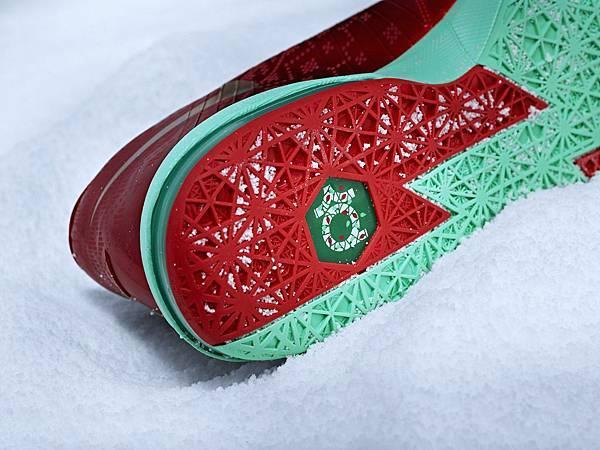 KD VI聖誕版配色鞋底採用薄荷綠噴墨設計,增添聖誕氣氛