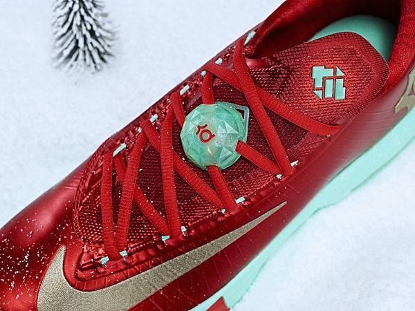 KD VI簽名版球鞋將透過特別的LOGO配件,成為今年聖誕必不可少的裝飾物