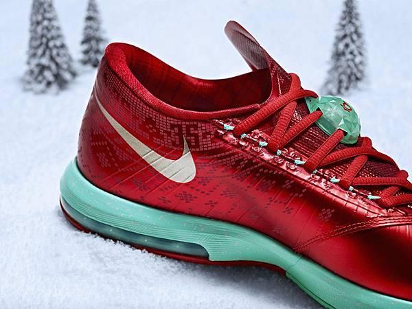 KD VI聖誕簽名版球鞋特別於腳踝處運用聖誕格紋做圖案裝飾