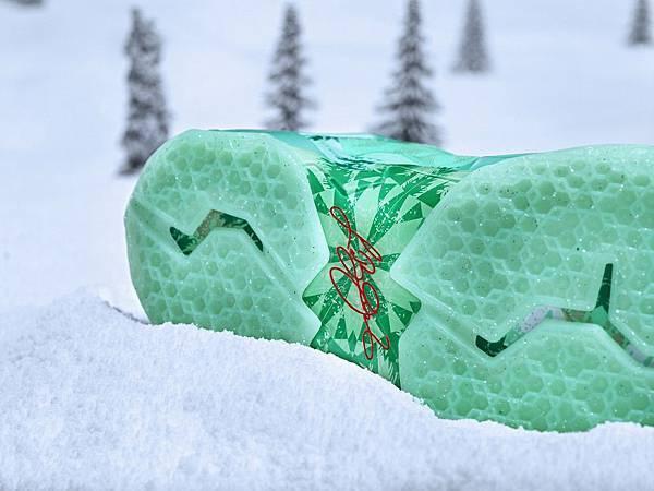 LEBRON 11鞋底雪花的獨特造型結合皇家棕櫚的形狀,創造出如萬花筒般的圖案
