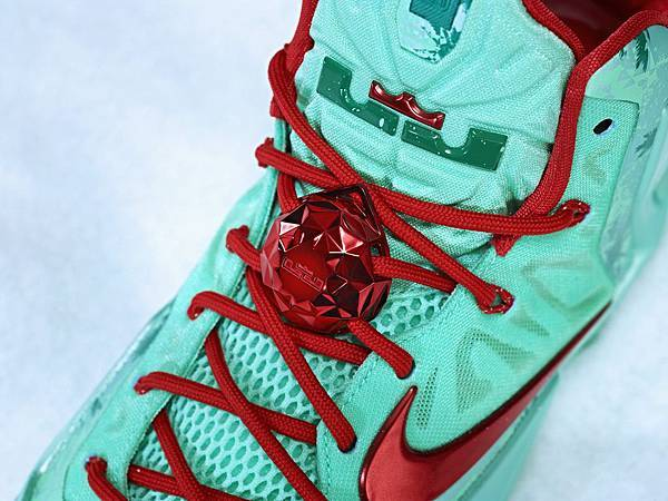LEBRON 11聖誕簽名版球鞋搭配特別LOGO配件,增添聖誕節日感