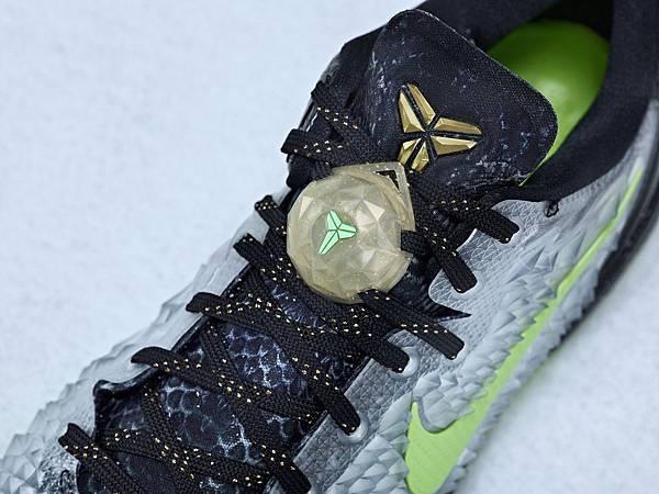 KOBE 8 SYSTEM簽名版球鞋搭配特別LOGO配件,提升聖誕節氣氛
