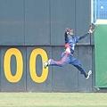 多明尼加中外野手特力尼德企圖接殺外野飛球不成DAI_5896