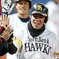 豬本健太郎擊出全壘打後與隊友擊掌