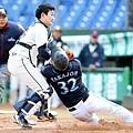 五局上韓國隊朴世雄將日本隊跑者高城俊人觸殺在本壘前