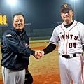 韓職總教練柳承安及日職總教練大森剛賽前握手致意