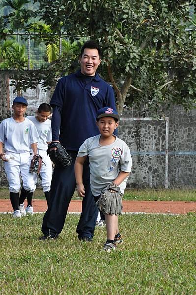 郭泓志與小球員做傳接球練習