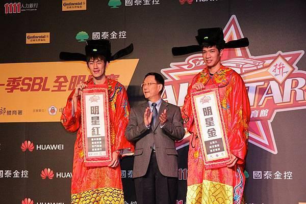 由於明星賽時間接近農曆新年,台啤劉錚(左)與裕隆周柏臣(右)特別代表紅金明星隊出席,為明星賽票選拉票