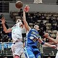 台啤劉錚與裕隆呂政儒同時起跳爭搶籃板球