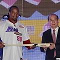 Manny獲贈紀念球棒