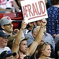 紅襪球迷高舉「A-Fraud」標語