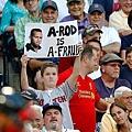 一位紅襪小球迷稱A-Rod為「A-Fraud」