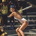 知名美國模特兒Kathy Ireland在棒球場上打擊