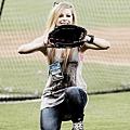 歌手艾薇兒玩傳接球遊戲