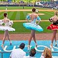 三名芭蕾舞者在棒球賽的場邊共舞