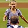 神秘嘉賓現身接捕 棒球少女的意外驚喜