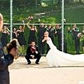 在棒球場中所舉辦的婚禮