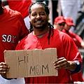 Manny高舉有趣標語
