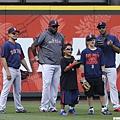 David Ortiz和其子在棒球場上熱身