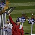 紅襪總教練John Farrell高舉冠軍金盃