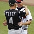 落磯隊總教練 Jim Tracy 向 Jones 致意
