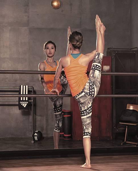 Jolin進行韻律體操舞蹈時的專注神情(techfit藍色運動內衣:$1,290元_ ClimaLite橘色圖騰背心:$1,090元_ ClimaLite幾何圓點拼接7分緊身褲:$1,490元)