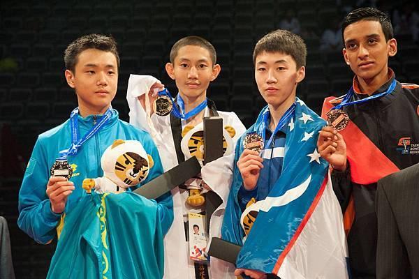 左起 銀牌哈薩客選手KIM, ARTUR  金牌王晨宇  銅牌烏茲別克選手KHEGAY, VALENTIN   銅牌荷蘭選手PATTI, MACHARIO