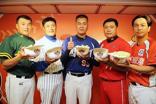 五隊總教練左起合庫許順益、崇越吳思賢、國訓王光輝、綺麗珊瑚謝承勳、威達曾華偉