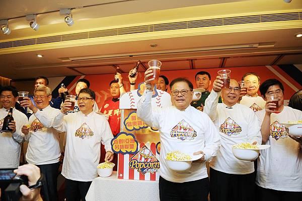 與會貴賓共舉啤酒和爆米花一起預祝比賽成功