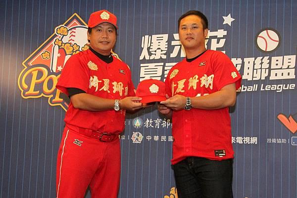 陳俊秀正式加盟台東綺麗珊瑚,由總教練謝承勳為他穿戴球衣及球帽。