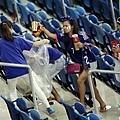 日本球迷賽後清理場地